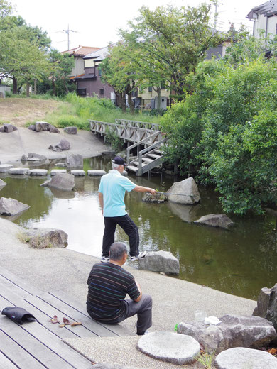 田原橋公園で釣りを楽しむ