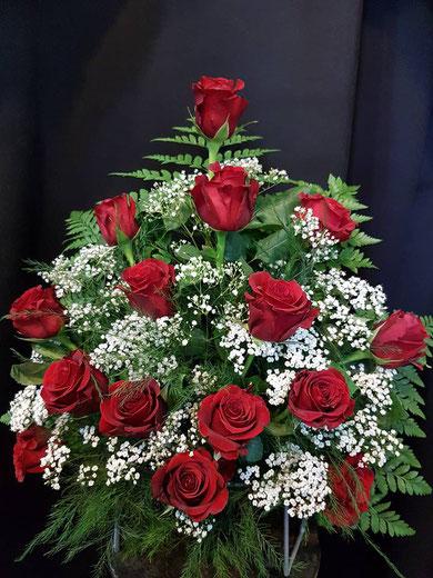 Centro de rosas rojas para lapida.