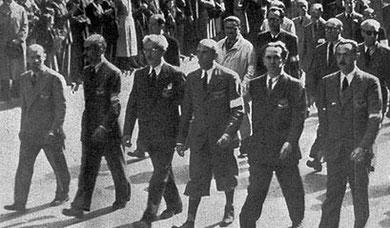 La sfilata della Liberazione a Milano (5 maggio 1945) guidata dal Comando Generale del Corpo Volontari della Libertà. Da destra a sinistra: Enrico Mattei, Luigi Longo, Raffaele Cadorna, Ferruccio Parri, Giovanni Battista Stucchi, Mario Argenton