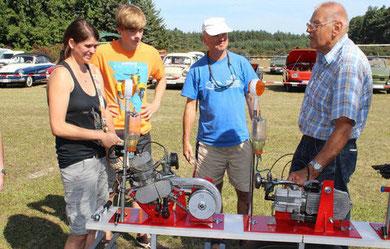 Gut besucht ist der Stand von Klaus Meske (re.) mit Motoren. (FOTO: E. JOCHADE)