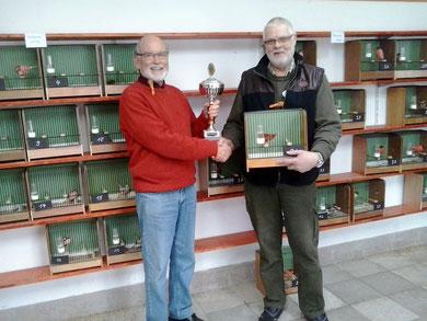 Den Siegervogel bei den DR-Haubenvögel 2012 stellte Weert Schmidt; Alfred Palm bei der Übergabe des Wanderpokal