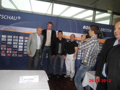 Pressekonferenz: (v.l.) Wilfried Sauerland, Moritz Klatten und Jack Culcay mit seinem Trainer.