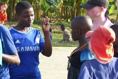 Viziwi-Schülerin im Gespräch mit Edokia.