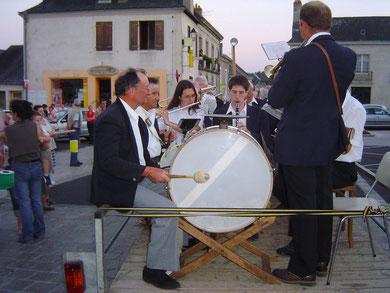 Les musiciens transportés sur une remorque tirée par un tracteur semblèrent beaucoup intéresser les journalistes de TF1