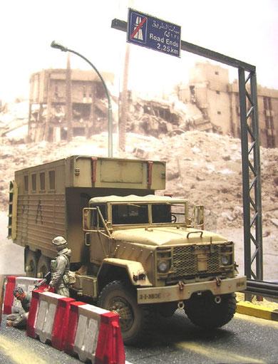 Ein Hintergrund einer irakischen Stadt während Desert Storm bringt Authentizität