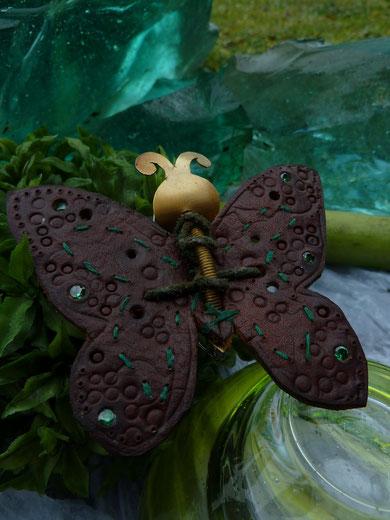 Schmetterlingsbrosche mit Leder und Steinen zum anstecken