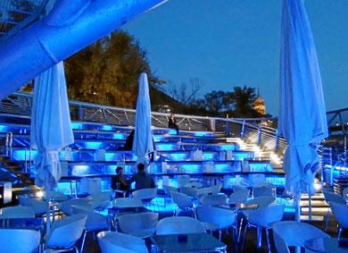 blaue Stunde im Außenbereich des Murinsel-Cafe