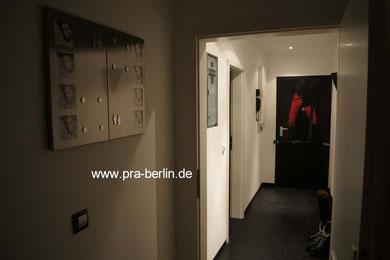 la vista del apartamento hacia la puerta de entrada