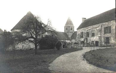Vue de la partie haute du prieuré avec l'église donnant sur la cour de la ferme.