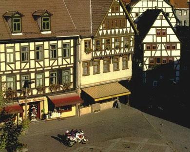 Blick aus dem Rathausfenster auf den Marktplatz von Schmalkalden