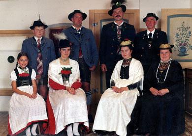 von links: Jugendgrupe, Plattler, Festtagsgewand- und Hochzeitsgewand, Beerdigungsgewand