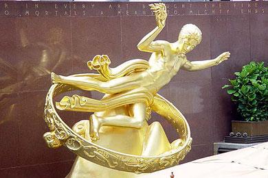 Statue en or de Prométhée devant le Rockefeller Center à Manhattan (NY), le porteur de la Connaissance universelle aux êtres humains, puni pour ce fait par le dieu des dieux Zeus à être enchaîné et avoir le foie dévoré par l'Aigle du Caucase.