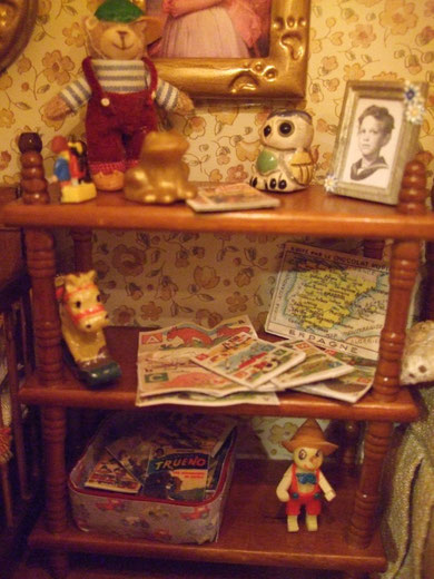 una estantería de eurominis para darle vidilla a la habitación de los niños. ah!, el de la foto es mi marido... que no se entere!