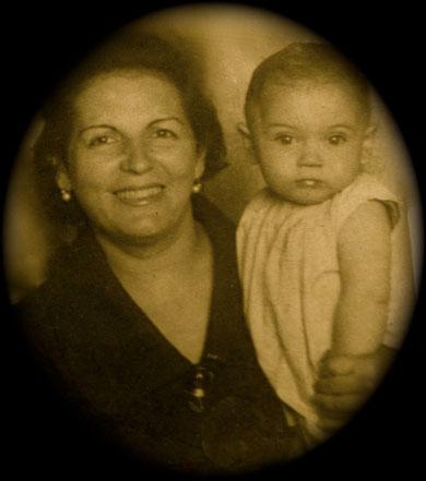Con mi madre. Logroño 1959.