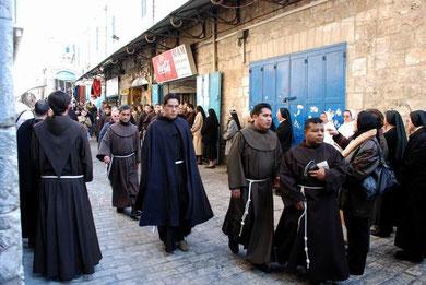 Franciscanos en la Vía Dolorosa. Jerusalén