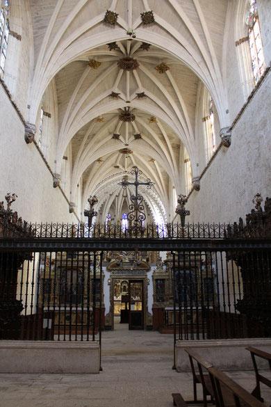 El atrio de la iglesia de la Cartuja tiene una bóveda de crucería cuyos arcos y nervios se adornan en su intercesión con estrellas de piedra finamente caladas.