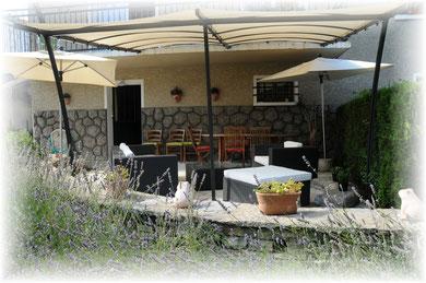 La terrasse abritée avec salon de jardin