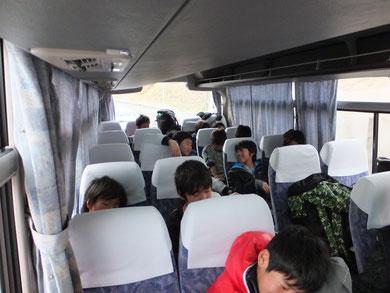 長いバス移動の途中…
