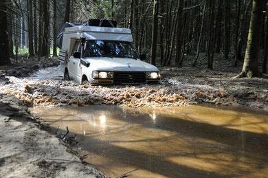 Schlammbad - hält den 96-er Toyota jung