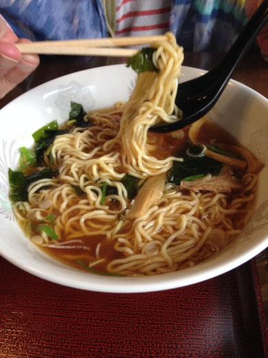 El ramen es una comida de origen chino que es muy popular en Japón.  Este lleva algas, brotes de bambú y no sé qué más que ya me había comido.