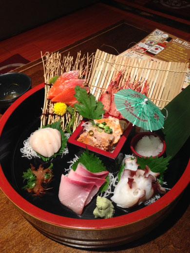 Sashimi variado: pulpo, gambas, dorada, salmón, kagi (molusco) e hígado de algún pescado.  Sólo falta el atún y el bonito para ser un clásico.