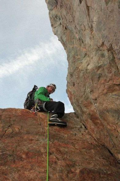 """Le mythique passage du """"Cheval Rouge"""", à plus de 3900 m : personne ne résiste au plaisir de se mettre à califourchon,  un pied coté Romanche, un pied coté Vénéon (photo Kolia)."""