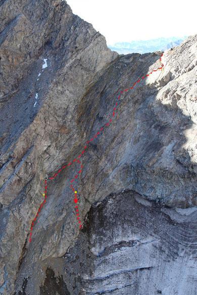 Itinéraires équipés et nettoyés. Attention le passage à droite ne peut se faire qu'à la descente, il se termine par un rappel de 25m sur le glacier (en jaune les relais de rappel.