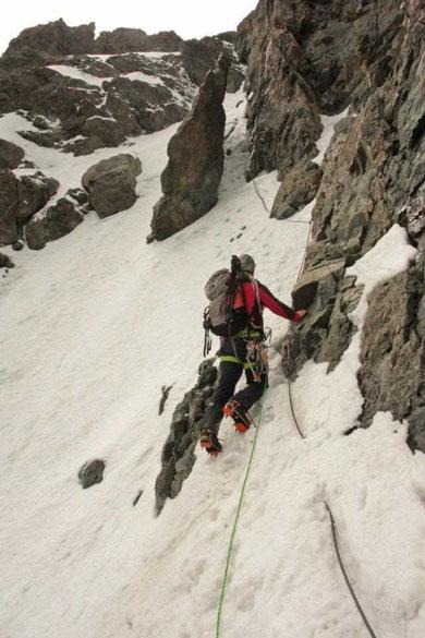 Traversée de la Meije, vers 3900 m, Kolia dans le haut du couloir Zsigmondy (Photo Yannick Guyot)