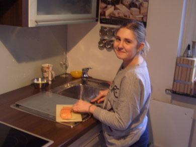 Nora beim Kochen