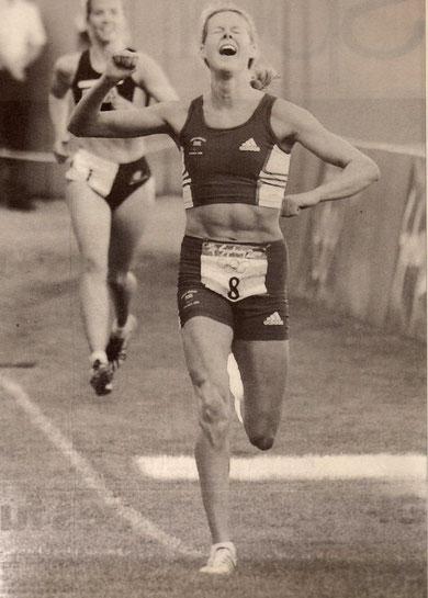 2000 Sydney: Steph Cook (GBR) crosses the finishing line