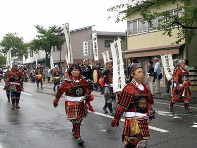 会津まつりに出陣した石野さん (中央) 2012年9月23日