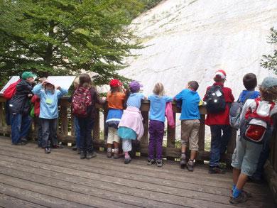 Kinder auf der Aussichtsplattform in Lommiswil