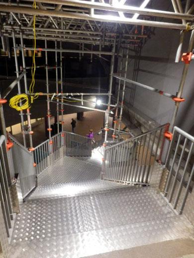 地下道への仮設階段
