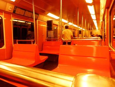地下鉄は激しいオレンジ色です