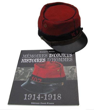 """Képi d'infanterie 1884 und Buch """"Mémoires d'objets histoires d'hommes 1914-1918"""" von Francois Bertin (Edition Ouest-France 2007), Jens Walko, walko-art"""