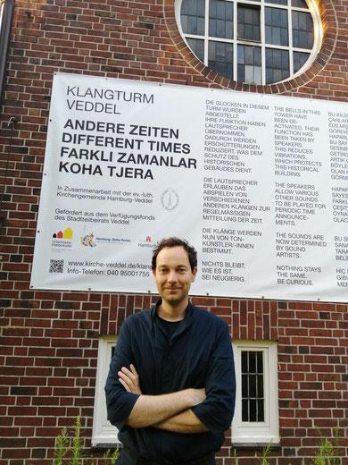 Mann steht vor Immanuelkirche