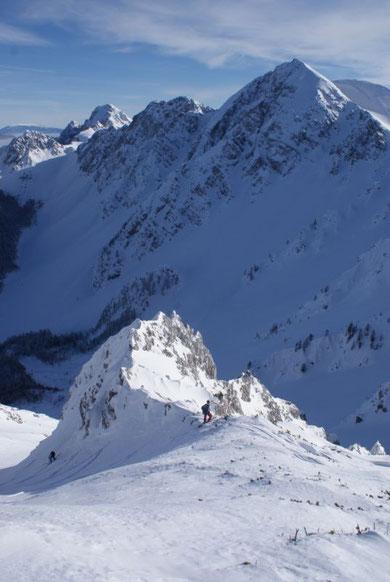 Die letzten steilen Meter hinauf zum Gipfelplateau, im Hintergrund der Hochstuhl mit dem Ausstieg aus der Joahnnsenrinne (links vom Gipfel)
