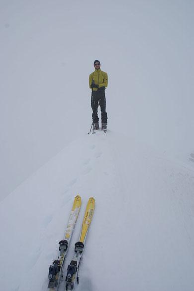 Am Gipfel, am 9.5.2009 leider bei bescheidener Fernsicht, das Hochkreuz zeigt sich nur ein Mal ganz kurz