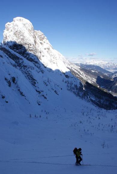 Aufstieg im Kar, Blick nach Norden zum Dobratsch