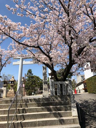 近くにある打出天神社。阪神打出駅から南に続く石畳の道を通って2~3分。