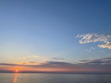 海と夕方の太陽