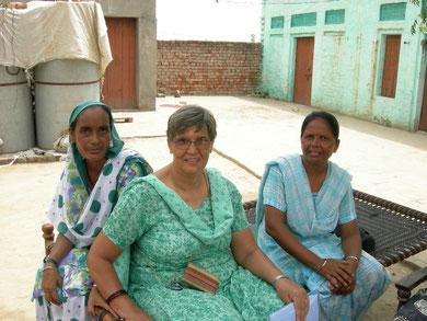 Dr. Alma Ram mit einer Mitarbeiterin und einer Patientin