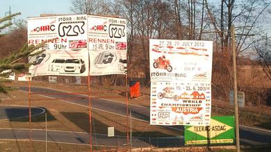 Transparente kündigen die Rennen schon an GP 2012   WM 2013