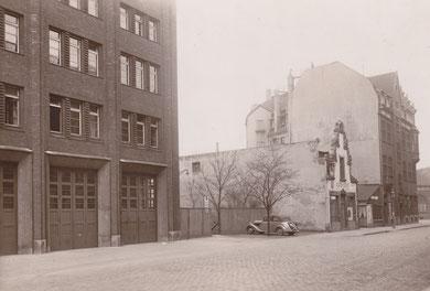 Bernhard-Ernst-Straße: Links die alte Feuerwache, rechts das Hansa-Haus an der Ecke Albersloher-Weg - etwa 1935