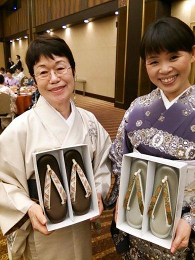 中を見て満面の笑み・・・ お隣の方は同じテーブルの岐阜県の生徒さんです  ひとテーブルから二人の当選はかなりの高確率!!  来年こそは・・・ですね  ちなみにこのお草履はいずれも礼装ようで組織と名物裂の鼻緒です  今後の着物ライフにご活用下さいませ~