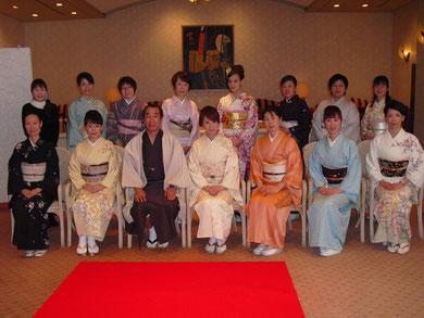 岐阜県下呂市のキモノ着付け教室「あゆみキモノ学院」はいから和生活。写真館(ホテルパストール新年会)