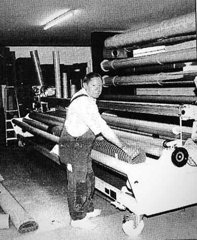 Willi Weigl sen. bei der Arbeit im Teppichlager