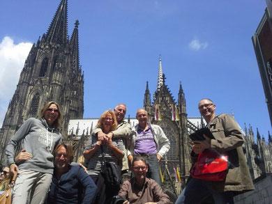 Kölner Dom und blauer Himmel, Führung im Sommer bei Sonnenschein, Reisegruppe, Köbescolonius