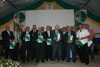 Gruppenfoto nach den Vereinsehrungen: Die Gold- und Silberjubilare des SV 36 Ophoven  mit den beiden Ehrenmitgliedern Bruno Knobling und Willi Winkens in der Bildmitte