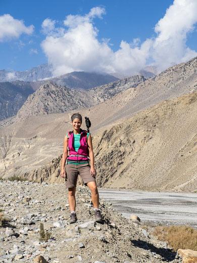 Im Hintergrund das ausgetrocknete Kali-Gandaki Flussbett